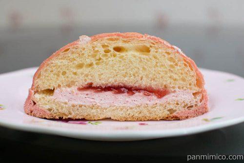 赤い苺のメロンパン【Pasco】断面図
