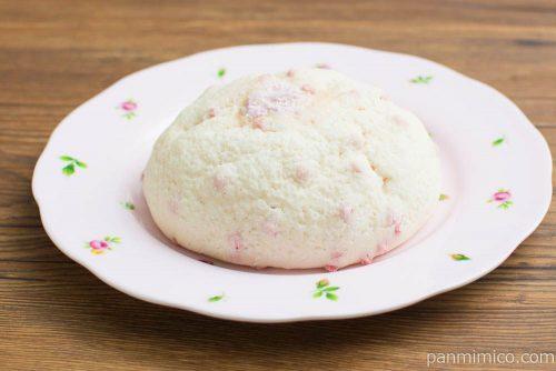 いちごメロンパン(あまおう苺ジャム入りホイップ)【ヤマザキ】横から見た図