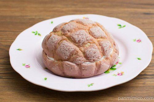 いちごみるくメロンパン【ローソン】横から見た図