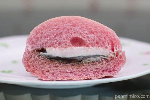 いちごのコッペパン(いちごクリーム&生チョコクリーム)【ファミマ】断面図