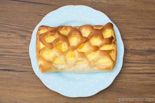たっぷりクリームパン(角切りリンゴ入り)【ヤマザキ】上から見た図