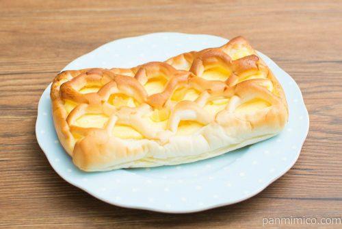 たっぷりクリームパン(角切りリンゴ入り)【ヤマザキ】横から見た図