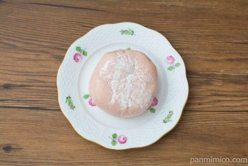 白桃果肉の入ったももクリームパン【ファミリーマート】上から見た図