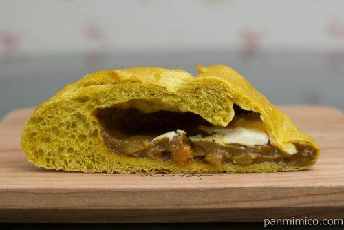 ブーランジェリーミヤタ&KOBE 1er Bakery Market チーズインカレー 断面図