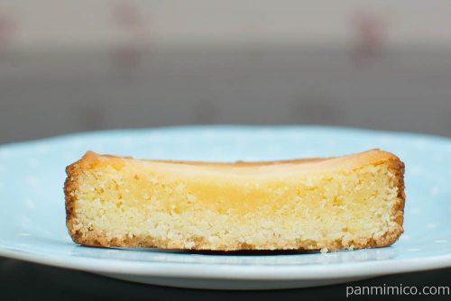 3種の食感を楽しむレモンチーズタルト【ファミリーマート】断面図