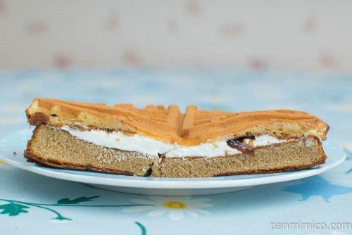 【ヤマザキ】もちっとしたワッフルサンド(コーヒーゼリー&ミルク風味クリーム)断面図