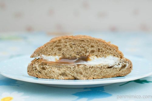 コーヒーメロンパン(キリマンジャロコーヒー入りクリーム)【ヤマザキ】断面図