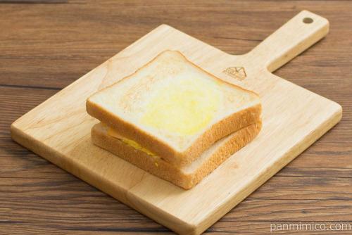 とろとろTAMAGOトーストサンド【ローソン】横から見た図