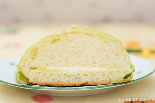 ヨッシーのみどりのメロンパン【セブンイレブン】断面図