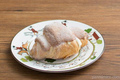 冷やして食べるクリームクロワッサン(カスタードホイップ)【ファミリーマート】斜め