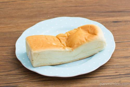 中身たっぷり四角いパン(カスタード&ホイップ)【ヤマザキ】斜め