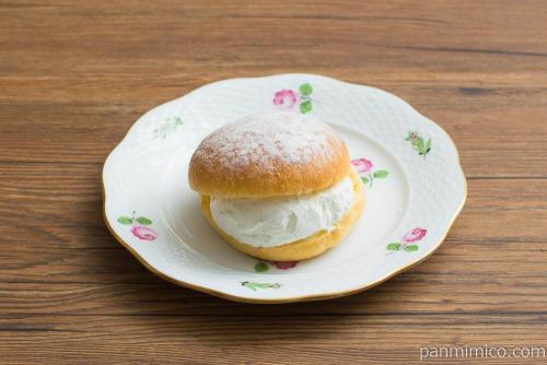 Uchi Café Spécialité 澄(すみ)ふわマリトッツォ(ヘーゼルナッツチョコ入り)【ローソン】斜め