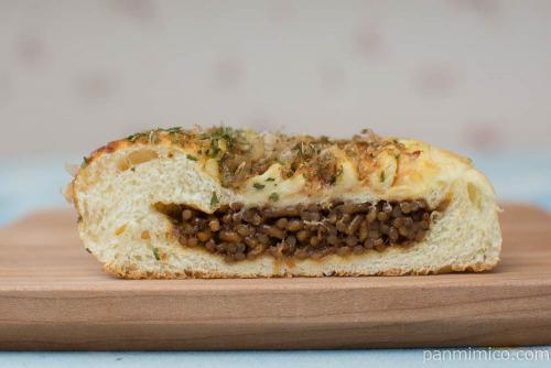 お好み焼きみたいなパン(焼きそば入り)【ヤマザキ】断面